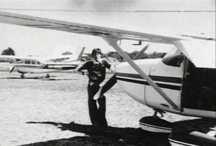 विमान के साथ खड़े फ्रेडरिक वैलेंटिक